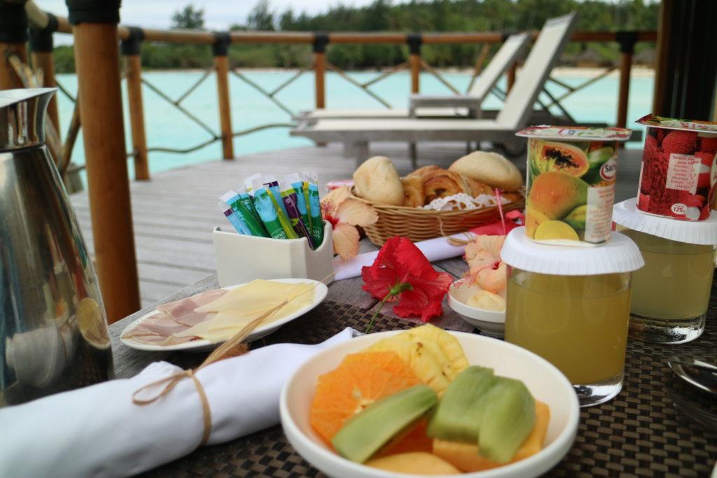 タヒチボラボラ島パールビーチリゾートスパのカヌーブレックファースト料理