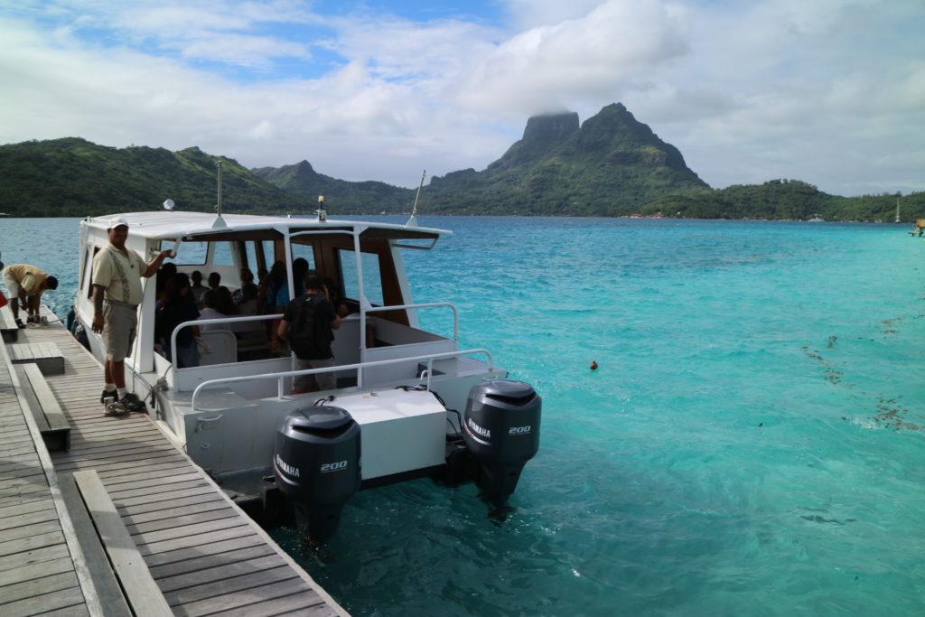 タヒチボラボラ島パールビーチリゾートスパからバイタペへ向かう船
