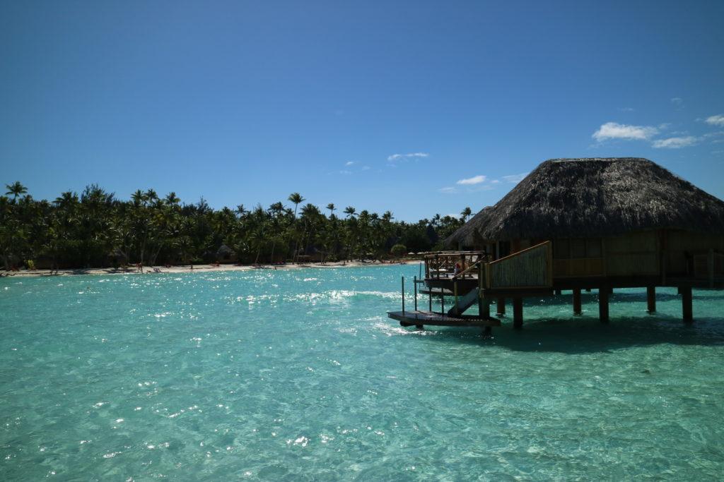 タヒチボラボラ島パールビーチリゾートスパの水上コテージと輝く海