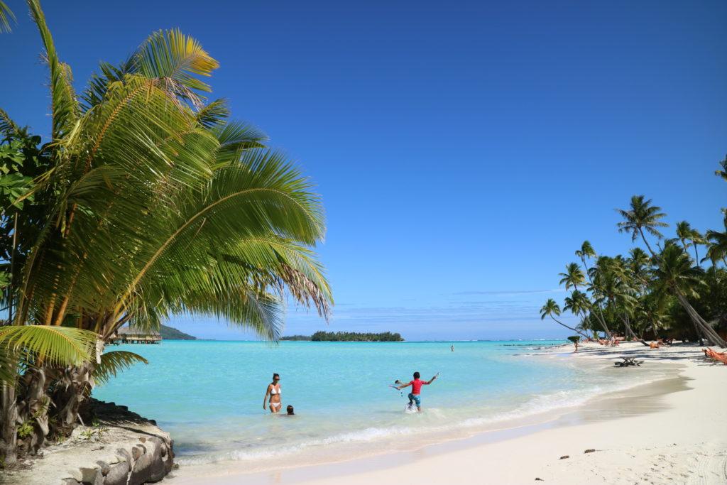 タヒチボラボラ島パールビーチリゾートスパのビーチで遊ぶ外人