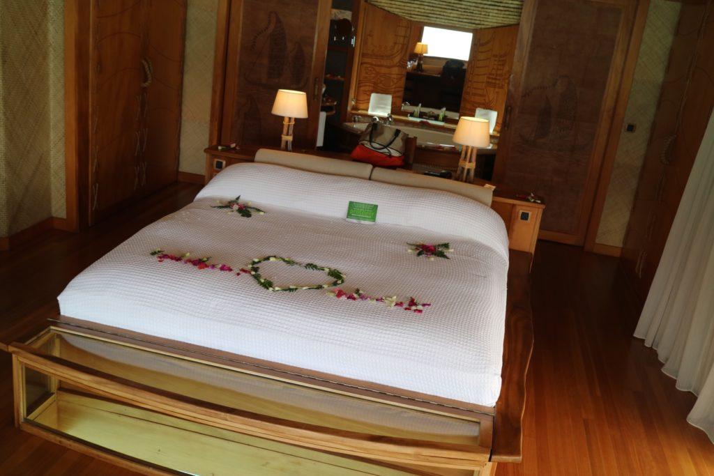 タハア島ル タハアアイランド リゾートスパのハネムーン特典のベッドメーキング