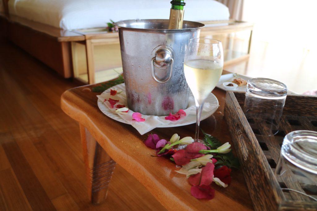 タハア島ル タハアアイランド リゾートスパのサービス白ワイン