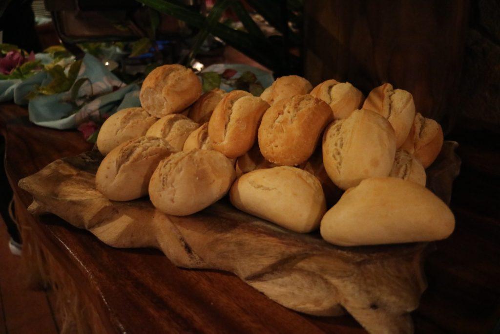 タハア島ル タハアアイランド リゾートスパのディナービュッフェのパン