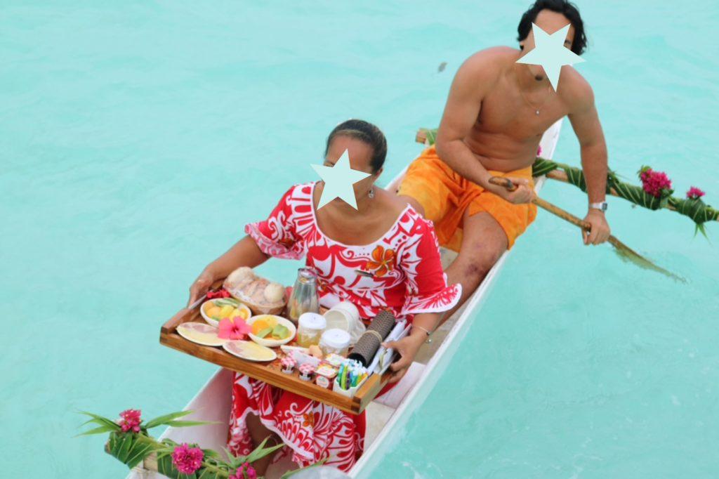 タヒチボラボラ島パールビーチリゾートスパのカヌーブレックファースト