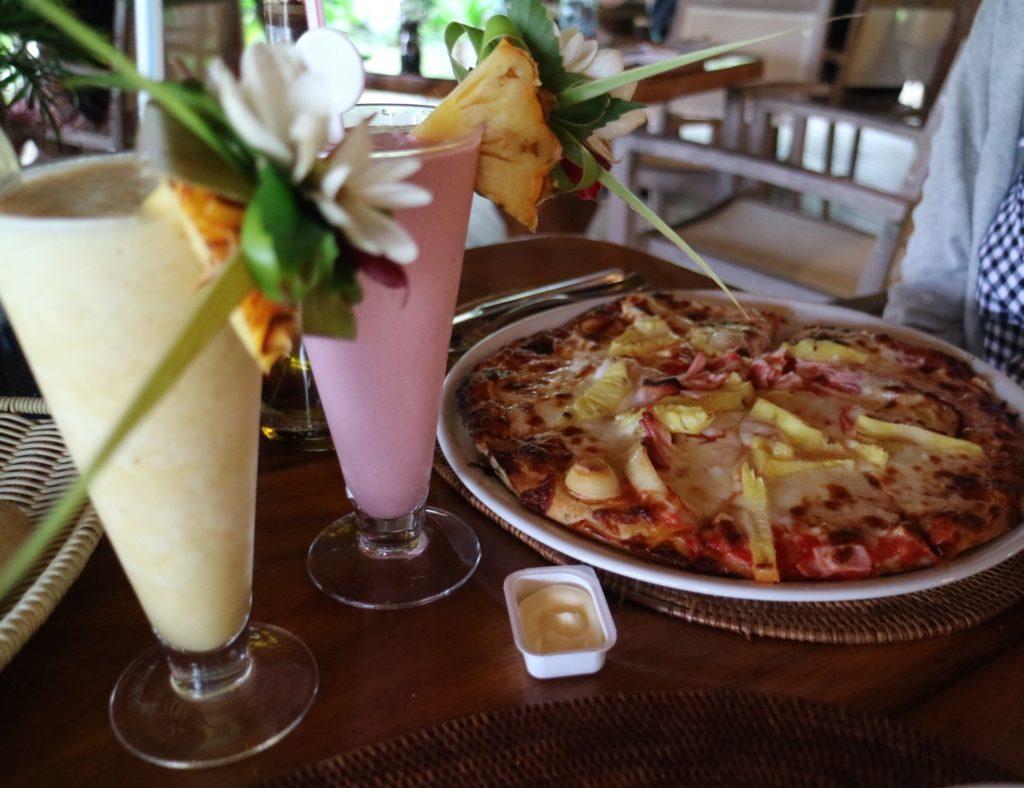 タヒチボラボラ島パールビーチリゾートスパのミキミキで食べたピザとスムージー