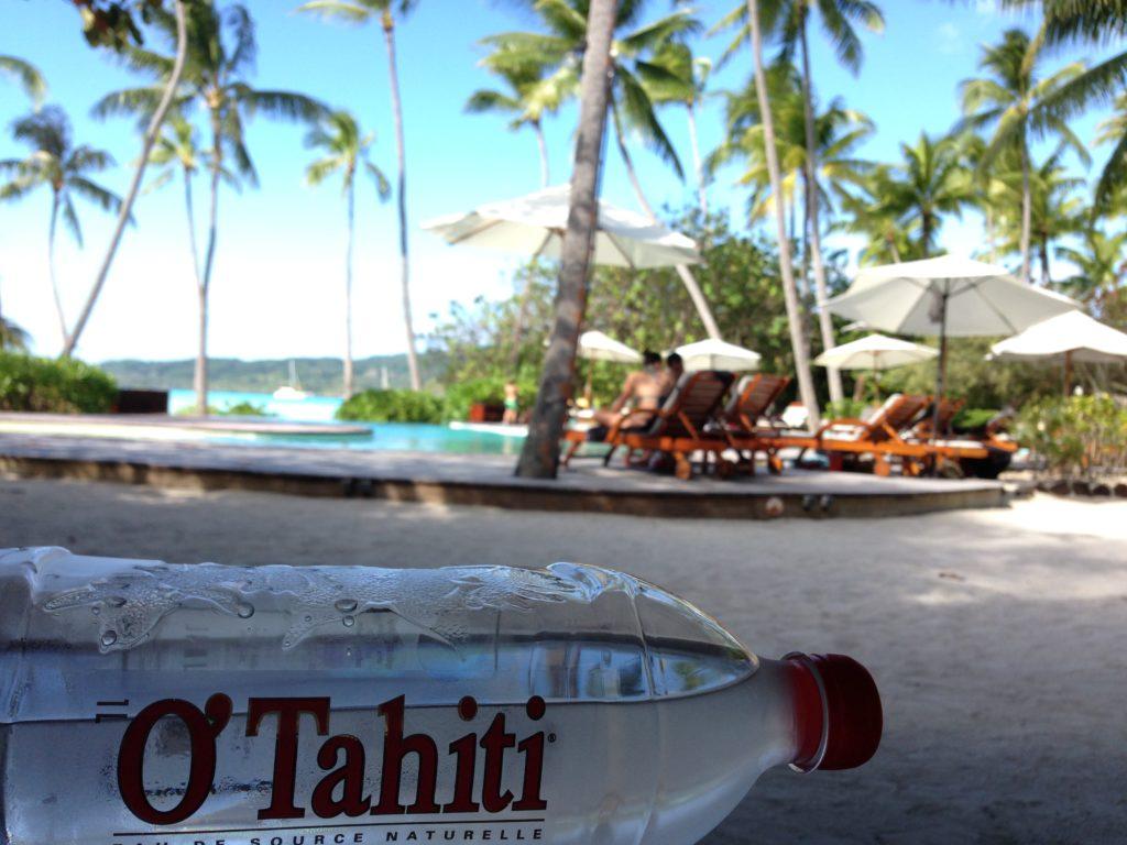 タヒチボラボラ島の水上コテージのビーチサイドプール