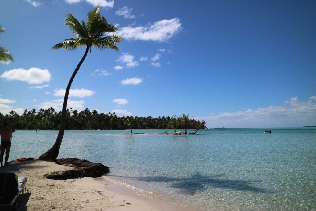 タヒチタハア島の遠浅の海