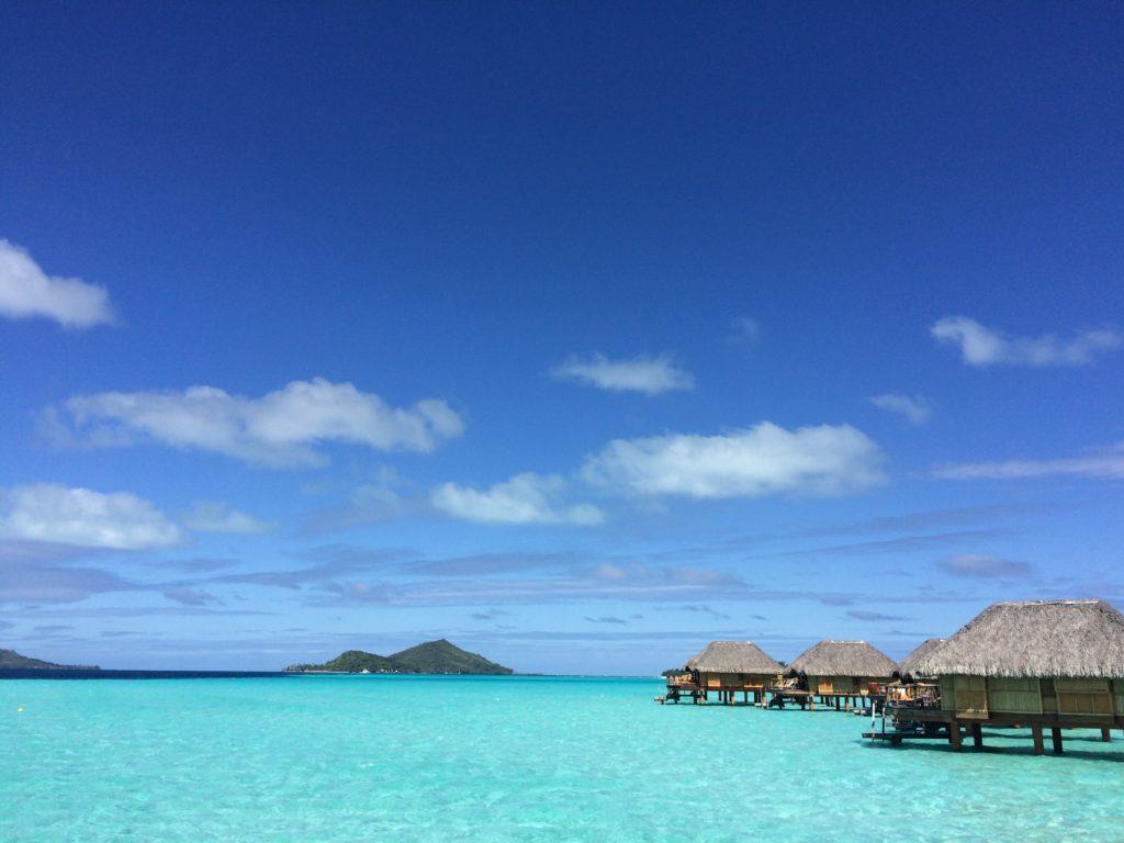タヒチボラボラ島パールビーチリゾートスパから見える海と水上コテージとオテマヌ山