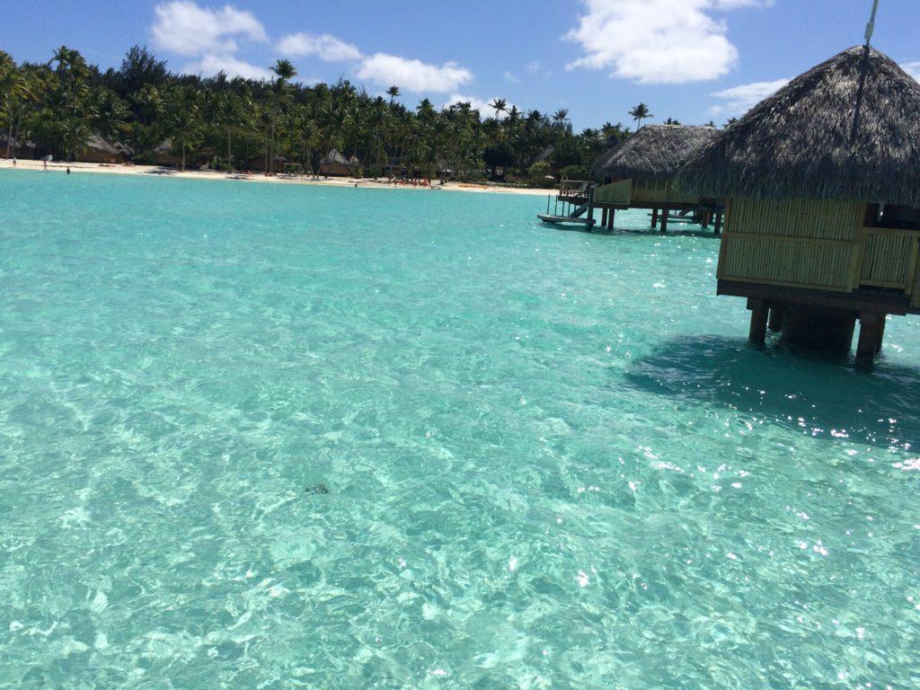 タヒチボラボラ島パールビーチリゾートスパの海と水上コテージ