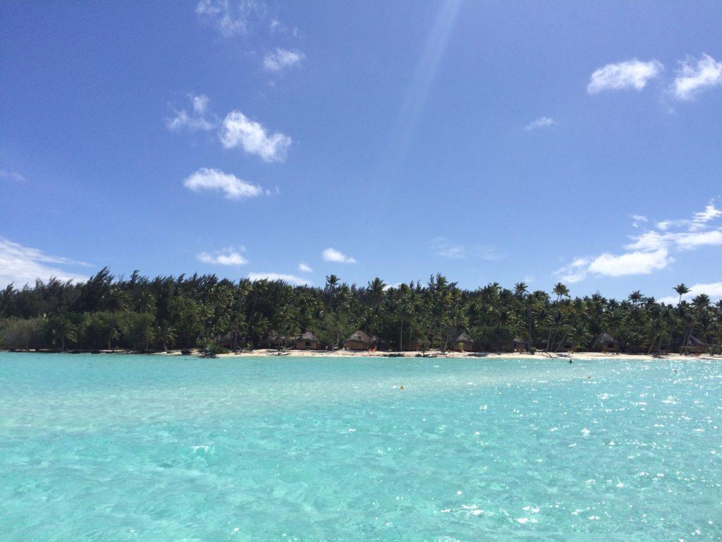 タヒチボラボラ島の輝く海
