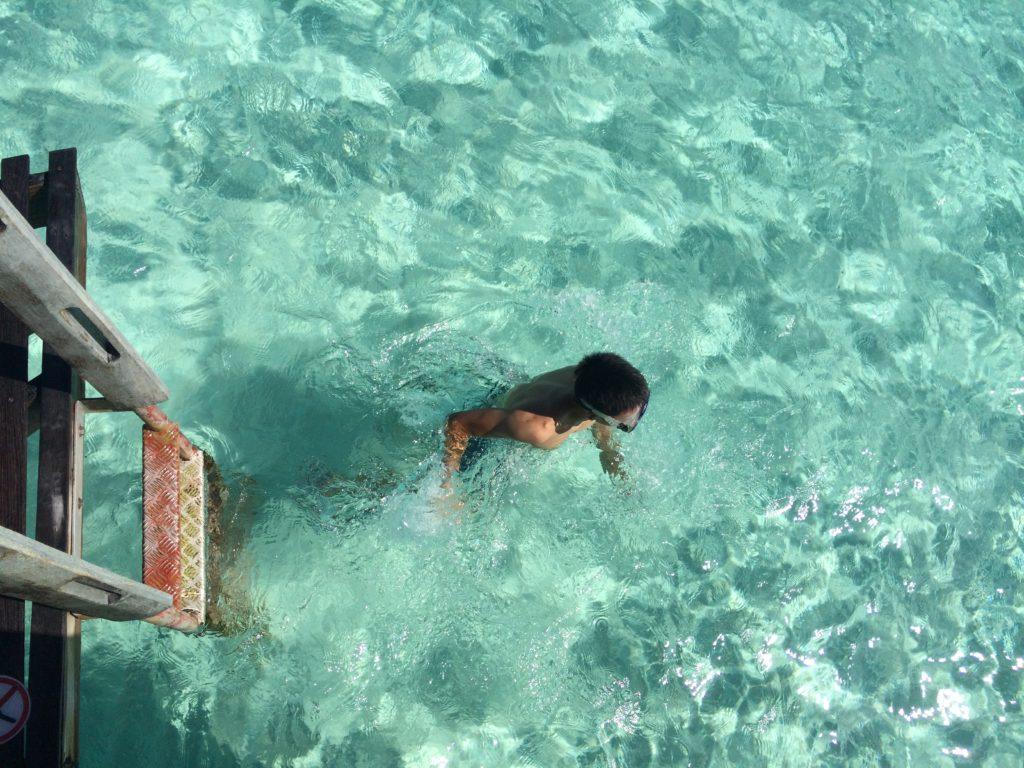 タヒチボラボラ島パールビーチリゾートスパの水上コテージから海に入る様子