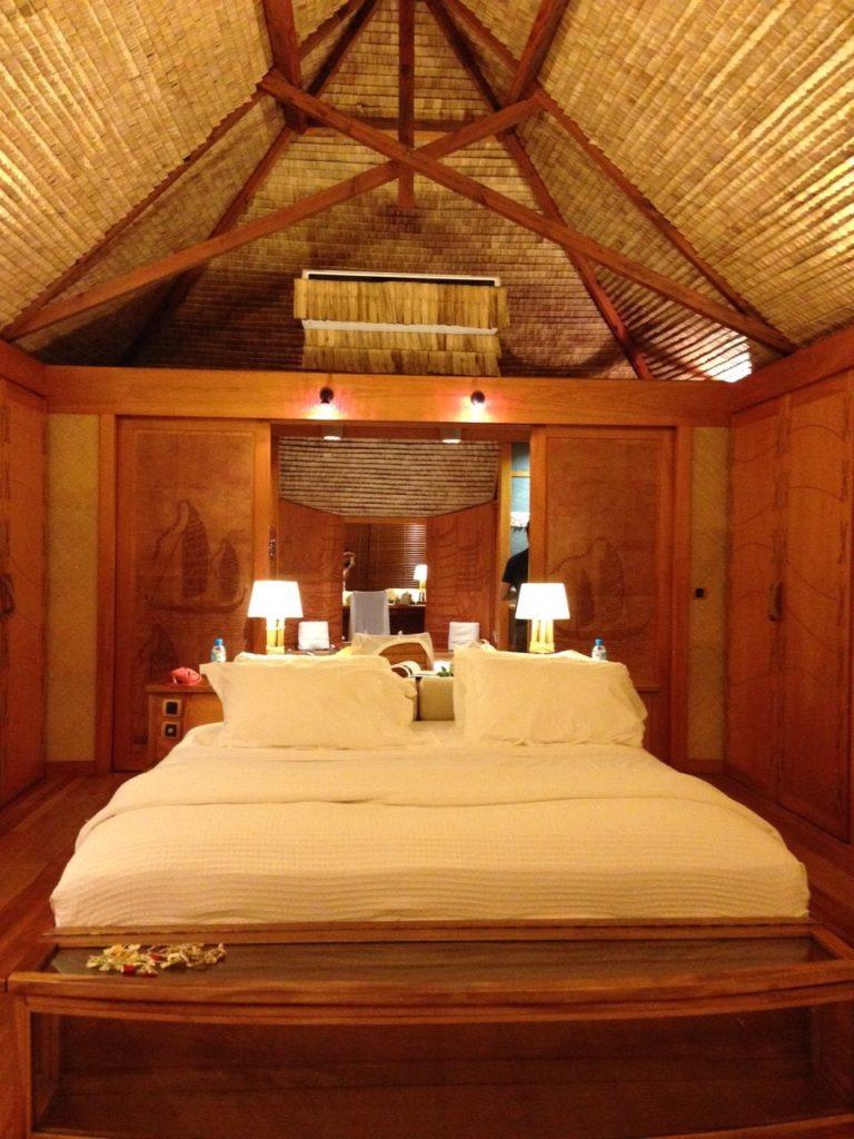 タハア島ル タハアアイランド リゾートスパの水上コテージ内装