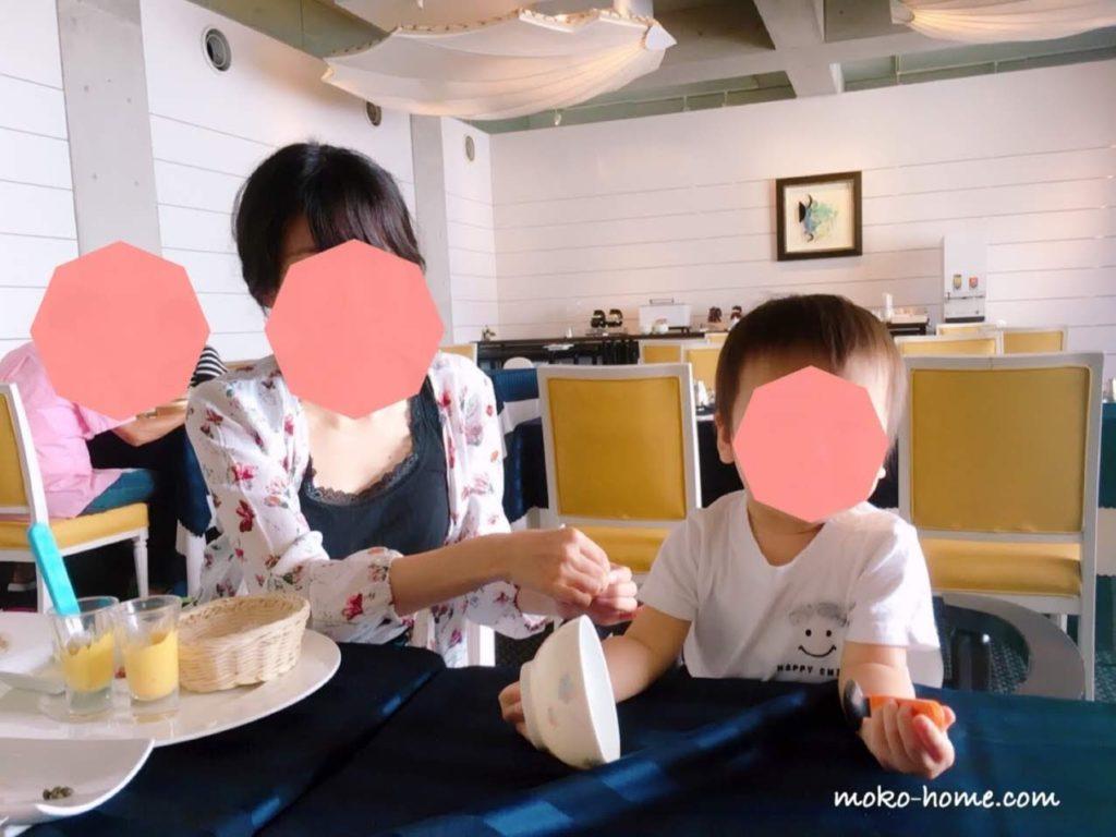 ホテルシーショアリゾートのレストランで食事する親子