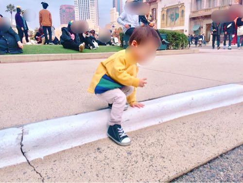 ユニバの芝生で遊ぶ1歳児