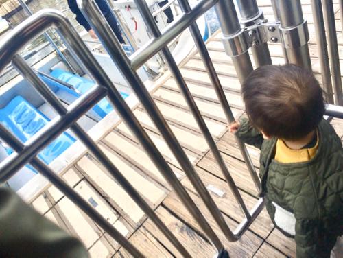 ユニバのジョーズ入り口に立つ1歳児