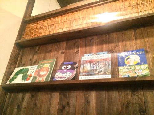 大阪キッズスペースカフェ「baby leaf」の絵本棚
