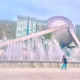 名古屋市科学館の噴水前に立つ1歳の子ども