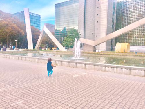 名古屋市科学館の外で遊ぶ1歳の子ども