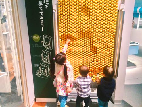 名古屋市科学館であそぶ子どもたち