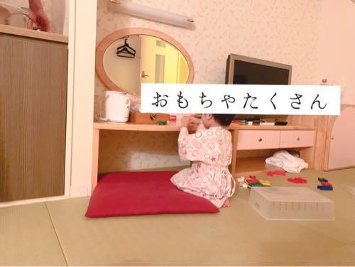 おもちゃ王国ホテルグリーンプラザ東条湖ベビーキッズルームのおもちゃで遊ぶ2歳児